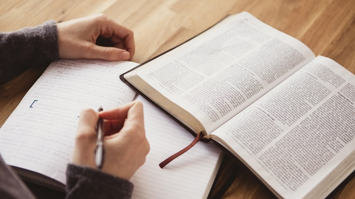 estudar a bíblia